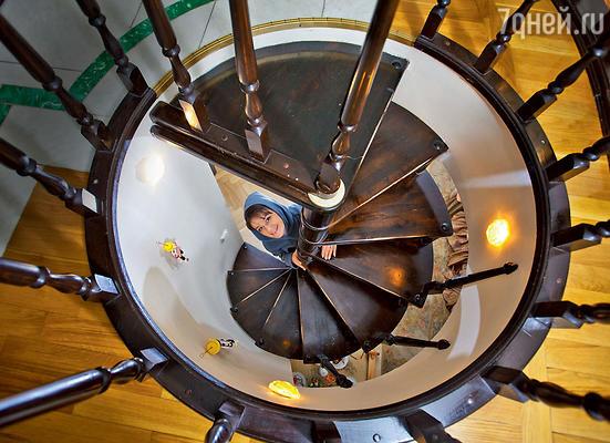 Эта винтовая лестница соединяет спальню Маши и ее ванну, которая находится на открытом балконе второго этажа