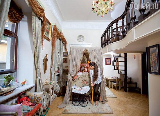 «Как-то Маша критически осмотрела свое жилье исказала: «Мама, этоужас». После этого спальню обновили— в любимом викторианском стиле»