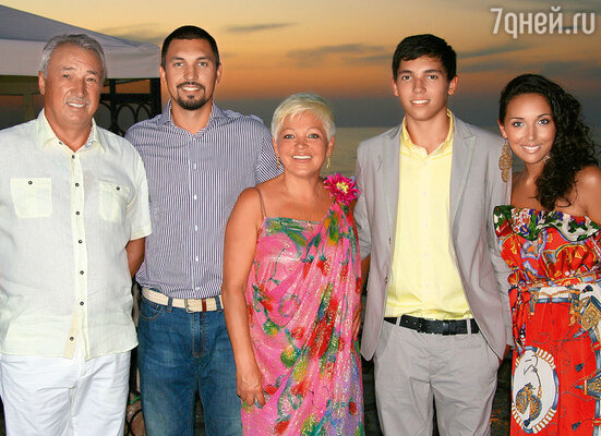 Фото сделано в Крыму в день рождения мамы прошлым летом. Папа, мой старший брат Марат, мама, младший брат Ренард и я