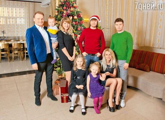 В этом году Сафроновым удалось наконец-то встретить Новый год ненасцене, а дома, с родными иблизкимиСергей с супругой Марией и детьми Вовой и Алиной, Илья, Андрей с Леной идочерью Настей