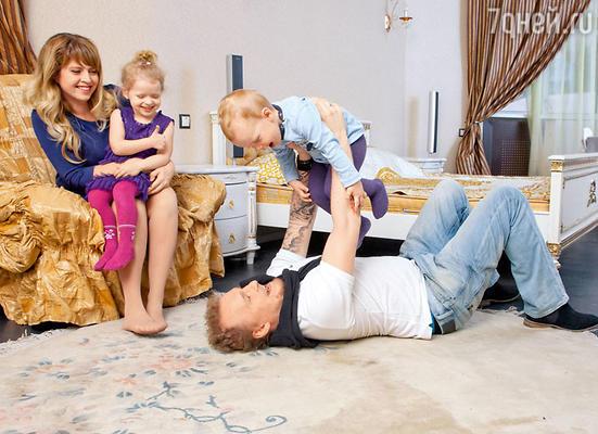 «У Сергея уже есть полноценная семья — жена Маша, четырехлетняя дочка Алинка и сын Вовик, которому всего два года»