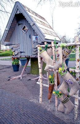 Избушка на курьих ножках и плетень, украшенный валенками, воплотили «русский дух» Кекенхофа-2010