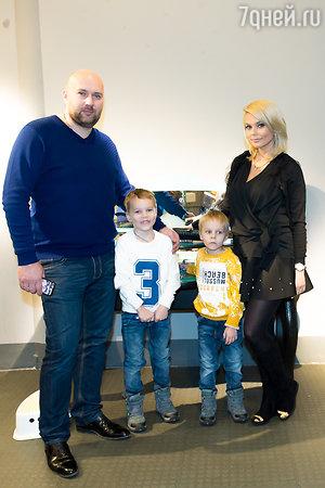 Ксения Новикова с супругом Алексеем и сыновьями Мироном и Богданом