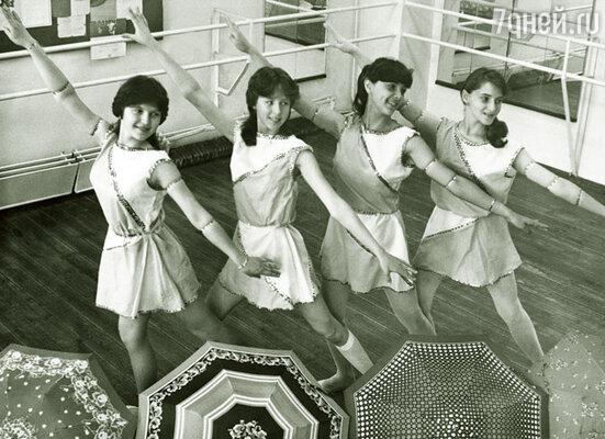 Я была тонкая, легкая, танцевать могла бесконечно... Наталья (вторая слева) с подругами в танцклассе