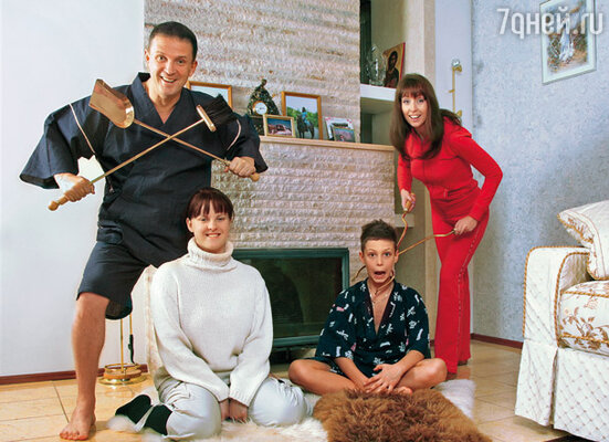 Виктор с дочерью Машей, сыном Васей и Наташей
