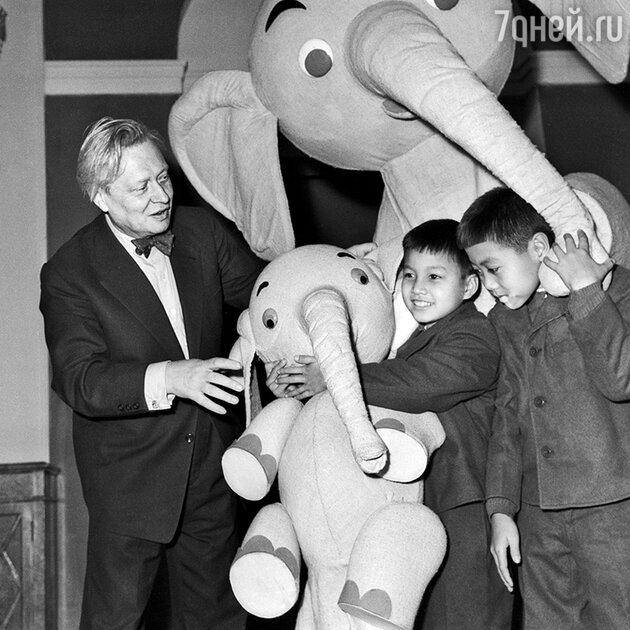 Сергей Образцов с детьми из Камбоджи. 1962 г.