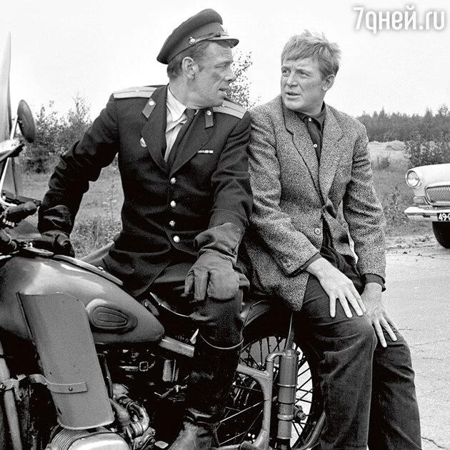 Георгий Жженов с Иннокентием Смоктуновским вфильме «Берегись автомобиля». 1966 г.