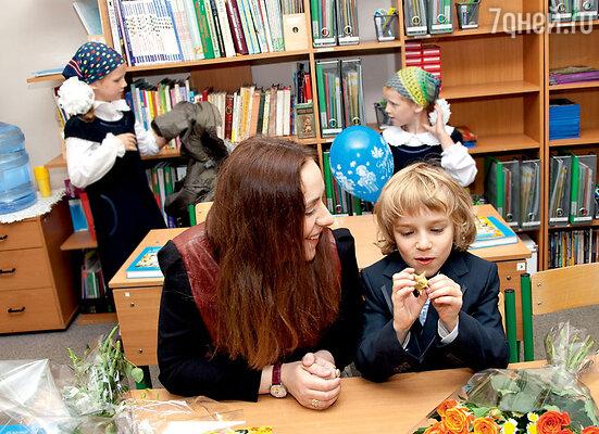 Тутта Ларсен и ее сын-первоклассник Лука
