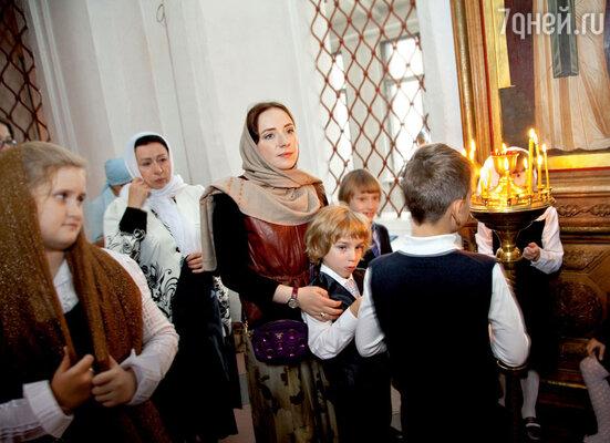 В православной школе праздничный день начался сторжественного молебна. Назаднем плане бабушка Луки Елена Михайловна