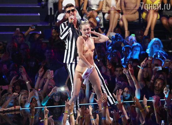 Майли Сайрус шокировала зрителей на премии MTV Video Music Awards 2013