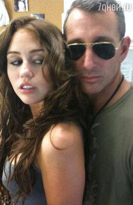 В 2009 году в Сеть попали фотографии, на которых певица изображена в компании продюсера фильма «Последняя песня» 44-летнего Адама Шенкмана (Adam Shankman)