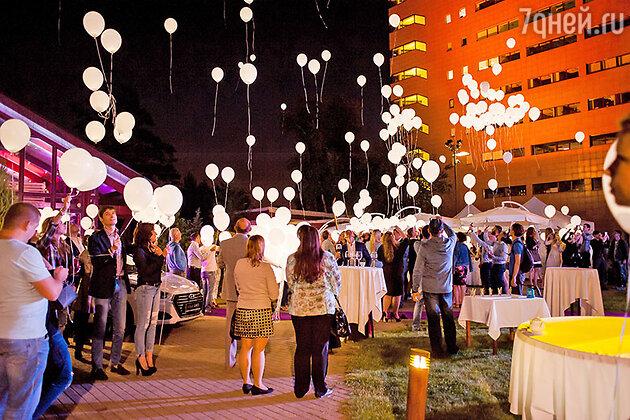 В этот вечер собравшуюся на поляне публику ждала насыщенная программа: заряженная welcome-party с коктейль-шоу,  вкусные угощения, модное дефиле и  фейерверк из ярких светящихся шаров