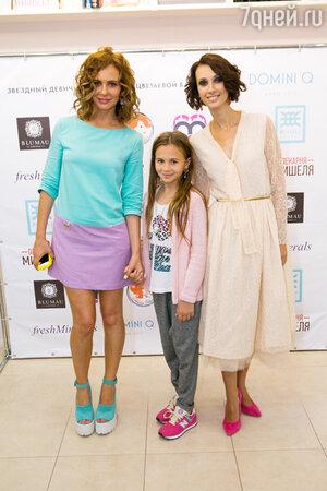 Александра Зверева с дочкой и Анастасия Цветаева
