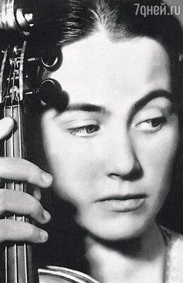 Я никогда не расставалась со своей скрипкой, даже в киноэкспедицию фильма «Единственная» взяла ее с собой...