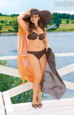 На Анфисе купальник Rebecca (Золотая стрекоза). парео Gottex (Эстель Адони). место съемки -  «Суперпляж в Крылатском»