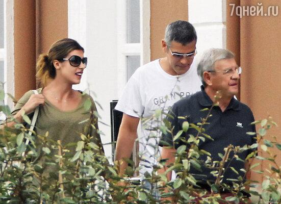 На вопрос журналиста: «Как долго, по вашему мнению, продержится Джордж?» она рассмеялась: «О, я уверена, что мы поженимся!» Элизабетта с Клуни и своим отцом. Сардиния, 2010 г.