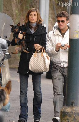Верная поверенная Клуни Грация однажды сообщила Джорджу, что синьорита Каналис тайно встречается с молодым брюнетом по имени Анджело Вита