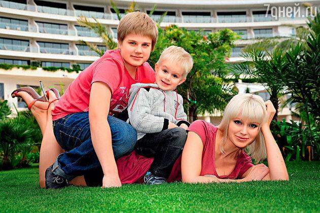 Натали с сыновьями Арсением и Анатолием на отдыхе в Турции