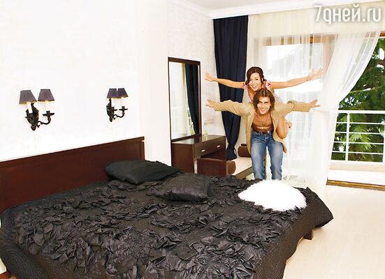 Свои апартаменты Анастасия и Петр условно делят на взрослую и детскую половины. В спальне дочки Анастасии Ани