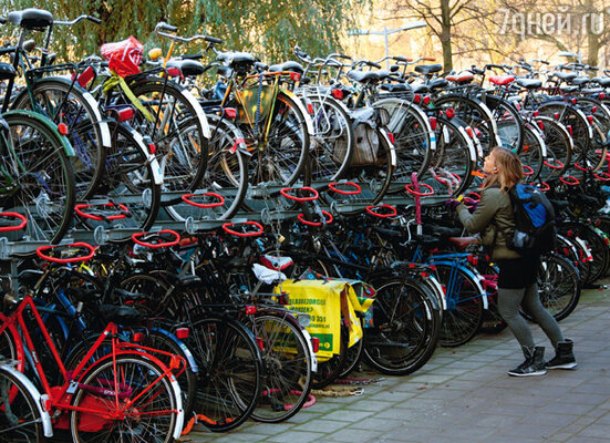 Двухэтажная велосипедная стоянка в Утрехте