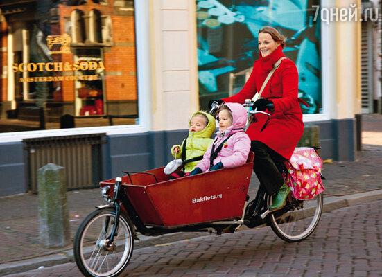 Так с ветерком молодые мамочки перевозят своих детей по Утрехту