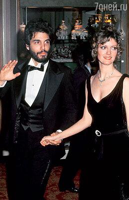 «Я рано вышла замуж и оказалась лет на десять вне игры». (Сьюзен с первым мужем Крисом Сарандоном. 1975 г.)