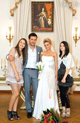 Новобрачные с дочкой Кирилла Настей и племянницей Василисой