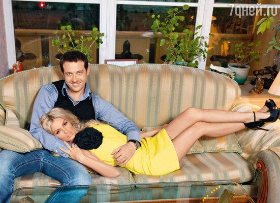 Кирилл: «Практически с первых дней нашего знакомства я хотел, чтобы Саша стала моей женой. Когда сказал об этом маме и дочери, они очень обрадовались. Потому что переживали за меня, понимая, что я тут, в Москве, маюсь один»