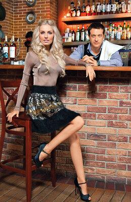 Саша: «Когда Кирилл сказал: «Ты будешь моей женой», мне даже нечего было ответить, потому что прозвучал не вопрос, не просьба, а утверждение. Как гвоздь забил — одним махом». На Александре пуловер Celine, юбка Diane von Furstenberg