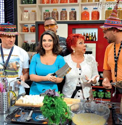 Наташа Королева и Людмила Порывай на съемках передачи «Время обедать!»