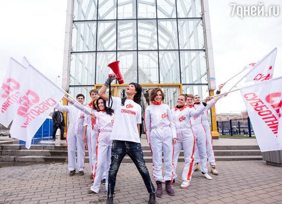 Юлия Захарова приняла участие в Первом вертикальном субботнике, который собрал на площади Европы всех неравнодушных к чистоте и труду