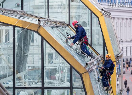 Каждому жителю Москвы представилась уникальная возможность отмыть самый красивый стеклянный мост столицы — мост Богдана Хмельницкого