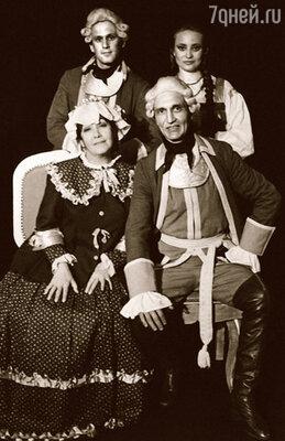 Уехав в Лысьву, я нашла героя-любовника в нашем театре. Мы с Сашей (вверху)