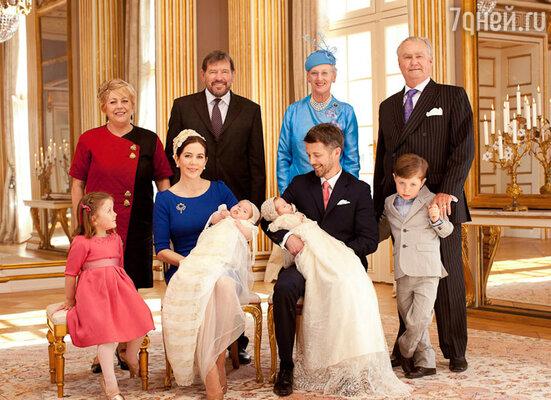 Кронпринцесса Мэри и принц Фредерик с детьми, король Хенрик, королева Маргрете (справа), Джон Дональдсон и Сьюзан Муди