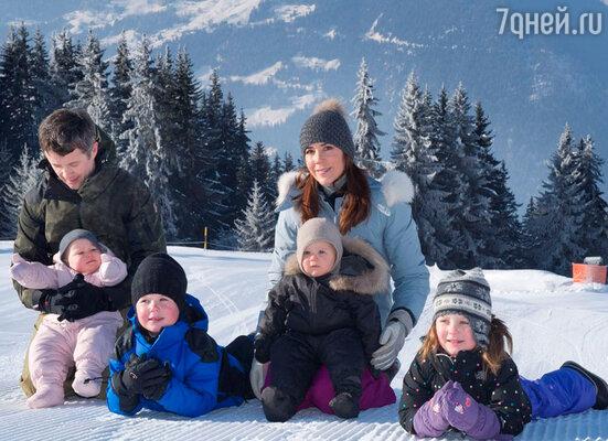Кронпринцесса Мэри и принц Фредерик с детьми на отдыхе