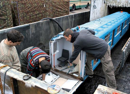 На Каширском шоссе использовали также уменьшенные копии вагонов, тоннеля ичеловеческих тел, чтобыснимать сцены полного затопления