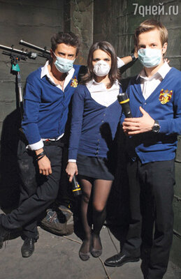 Из-за пыли молодым актерам приходилось надевать защитные маски между съемками в «бункере смерти»