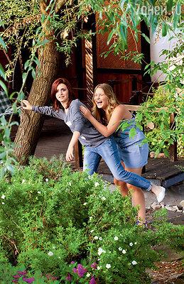 «Полька очень подвижная, энергичная, Лиза — помягче, и она периодически ошалевает от энергии сестры».На Полине комбинезон River Island. На Лизе кофта River Island