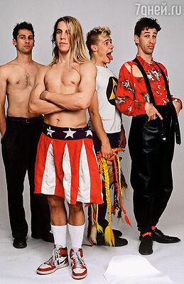 Разве может быть коммерческая перспектива у группы, играющейнепонятный широкой публике панк-рок, выступающей голышом, устраивающей хулиганские хэппенинги? Как ни странно, да...