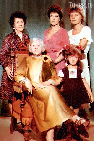 Клавдия Шульженко с невесткой Викторией, внучками Верой и Лизой и правнучкой Машей. 1983 г.