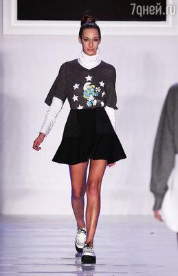 Черная мини-юбка и футболка с изображением Смурфетты для лета