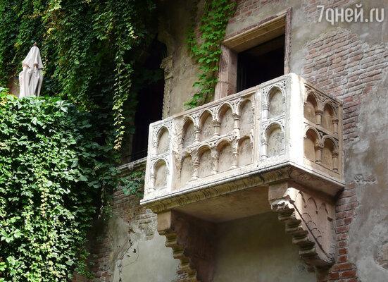 Для создания  фронтальной стенки знаменитого «Балкона Джульетты» была использована подлинная резная плита XIV века