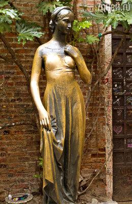 Особой популярностью у туристов пользуется бронзовая статуя Джульетты, прикоснуться к которой считают хорошей приметой