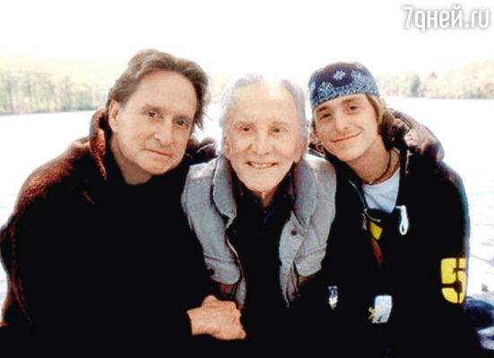 С отцом Керком Дугласом и сыном Кэмероном. 2003 г.