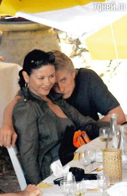 В ноябре Майкл и Кэтрин Зета-Джонс (актриса моложе его на 25 лет) отметят 10-летнюю годовщину брака. Италия, Портофино, 2008 г.