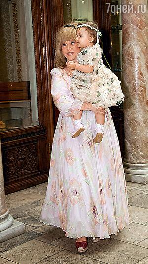 Алла Пугачева с внучкой Клавой на дне рождения Кристины Орбакайте. 2013 г.