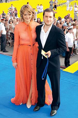 Надя Михалкова с мужем Резо Гигинеишвили. Церемония закрытия «Кинотавра» в Сочи. 2011 г.
