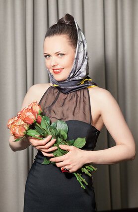 Костюмер передала охапку роз. Я пытала: от кого? Она не призналась. Кто-то из группы рассказал, что Домогаров заказывал букет
