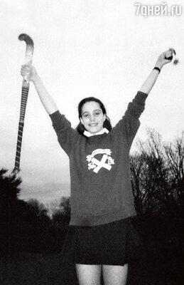 В престижной школе издевательства над новенькой— 13-летней Кейт — начались буквально с первых дней. Девочку презирали и всячески травили. Но она никогда не жаловалась, чем еще больше раздражала своих преследовательниц