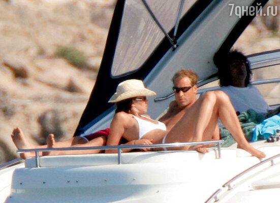 Принц Уильям и Кейт на отдыхе. Именно тогда дядюшка Кейт подпортил племяннице репутацию— пригласил в свой дом на Ибице репортеров, в открытую предлагал им наркотики и при этом хвастался своими связями скоролевским домом. Ибица, 2006 г.